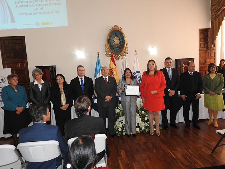 Entrega de Informe y Certificación del Juzgado y Tribunal Especializado de Sololá por parte del Proyecto AECID